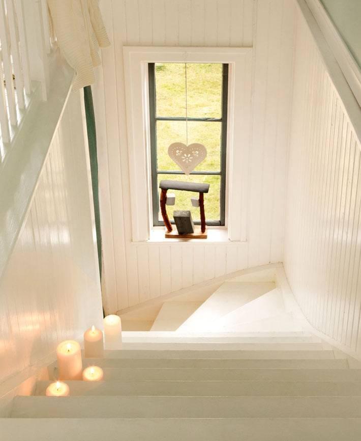 белые ступени лестницы в интерьере загородного дома