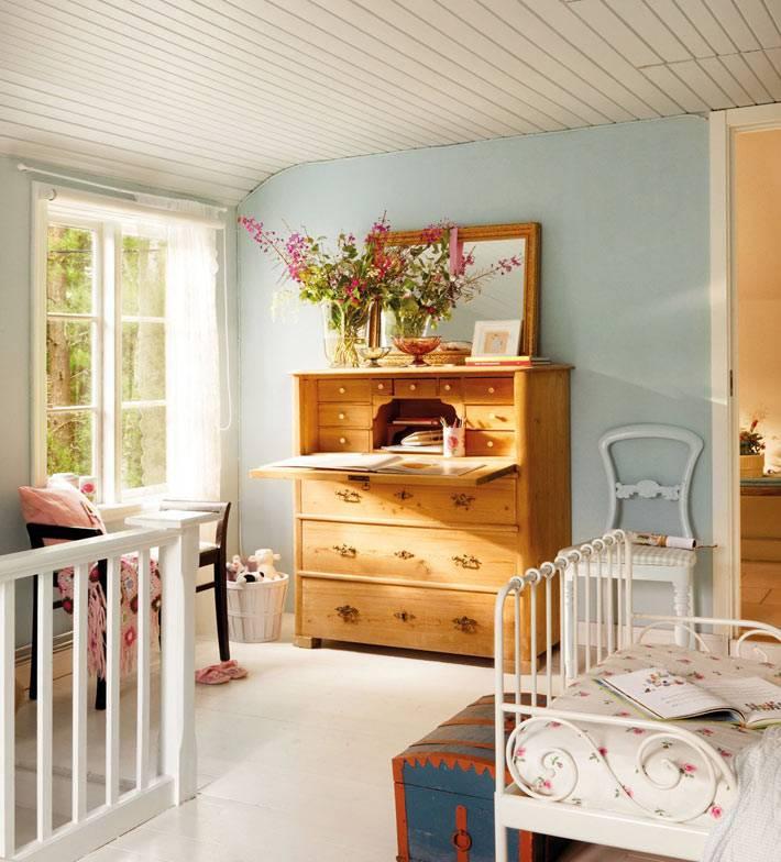 красивый комод-секретер в дизайне детской комнаты