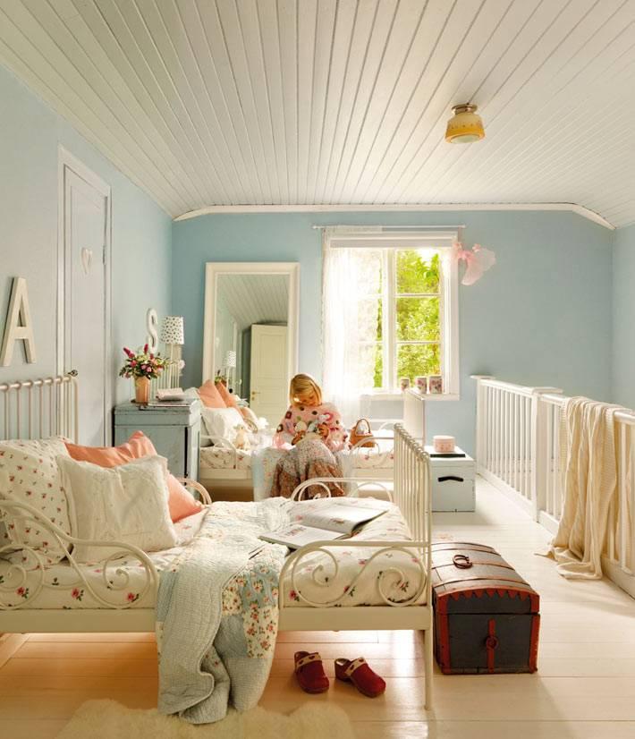 голубой цвет и деревянный потолок в детской комнате