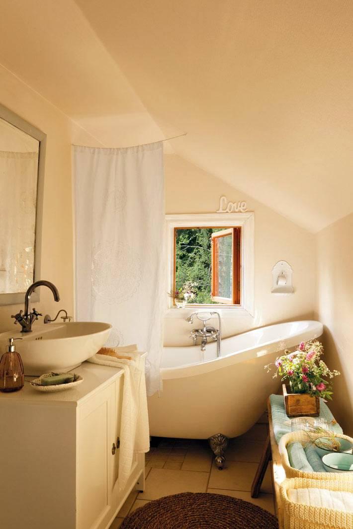красивый бежевый интерьер с ванной на ножках фото
