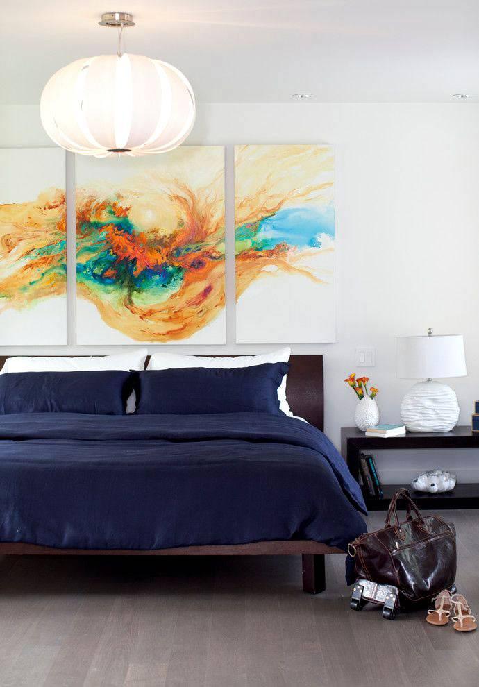 Яркая модульная картина в интерьере спальни