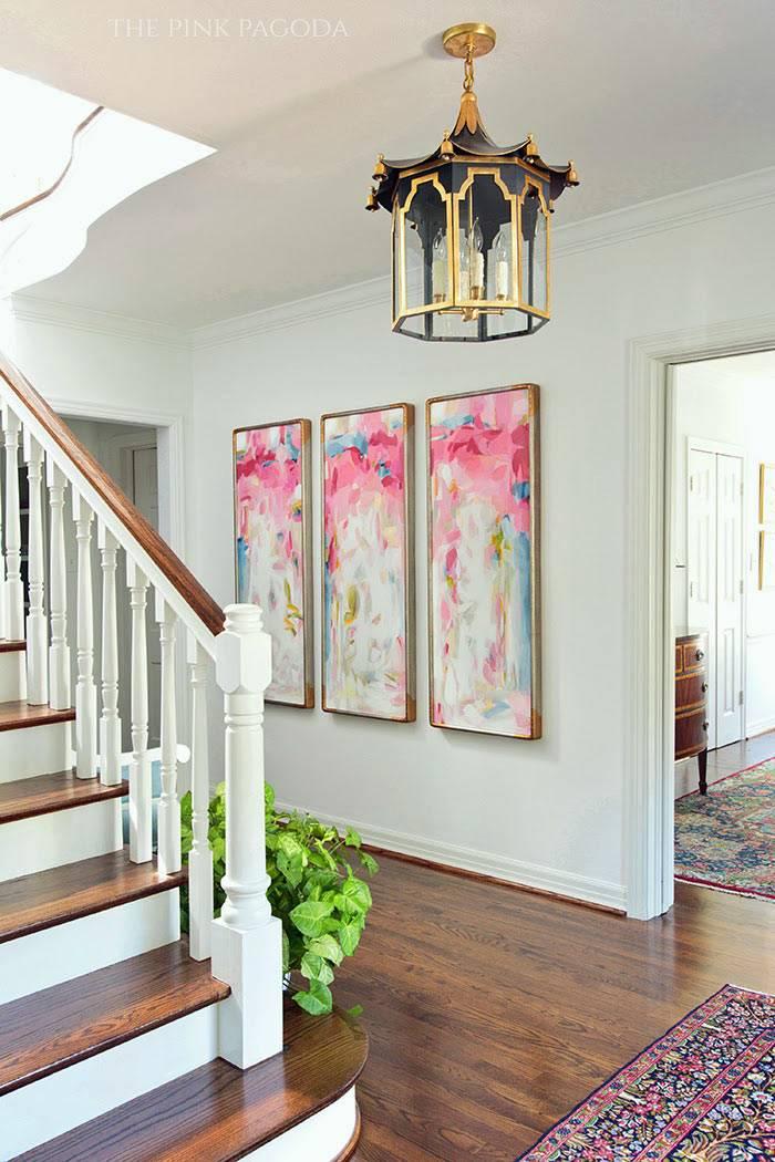 Розовая модульная картина в холле дома