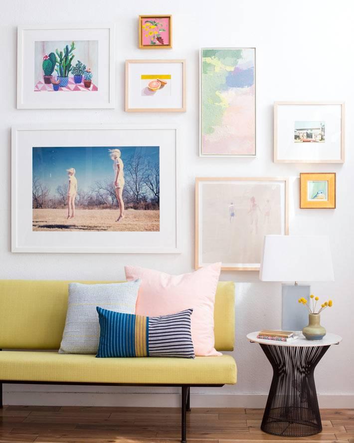 Пастельные оттенки на картинах в гостиной комнате