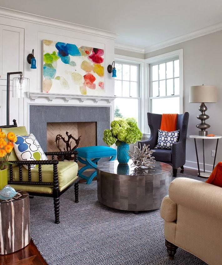 Яркая абстракция в интерьере гостиной над камином