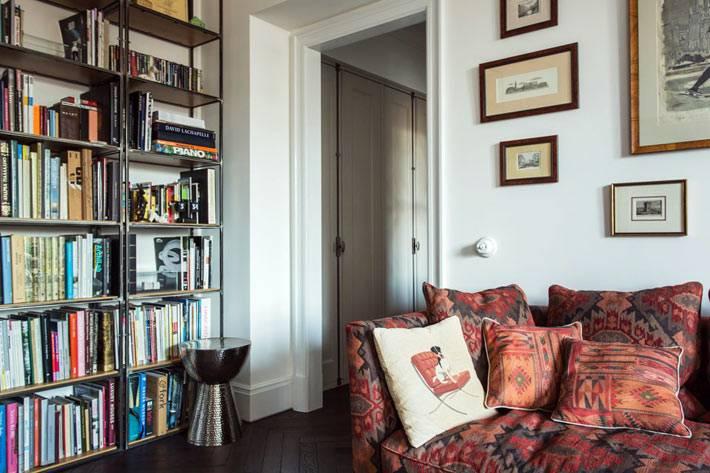 стеллаж с книгами в гостиной комнате московской квартиры