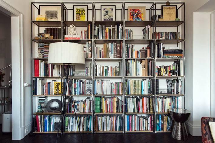 домашняя библиотека: открытый стеллаж для книг в интерьере квартире