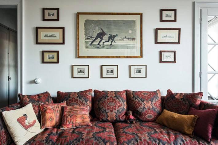 красный диван с орнаментом в интерьере гостиной