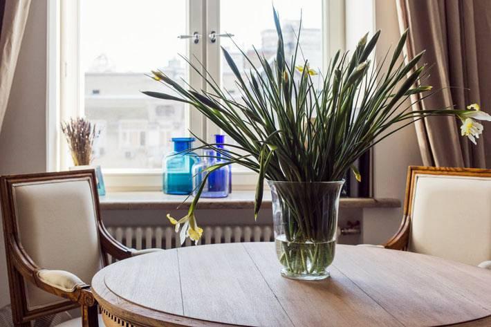 массивный деревянный обеденный стол в дизайне квартиры