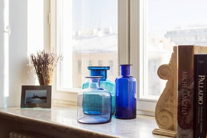 пустые бутылки из синего стекла для декора интерьера квартиры
