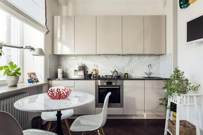 дизайн маленькой кухни с бежевыми шкафчиками в квартире