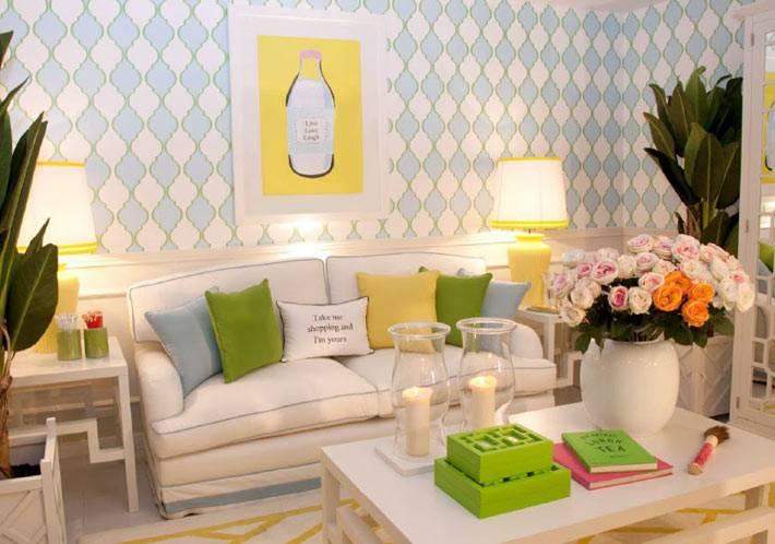 декоративные подушки и свечи в дизайне гостиной комнаты
