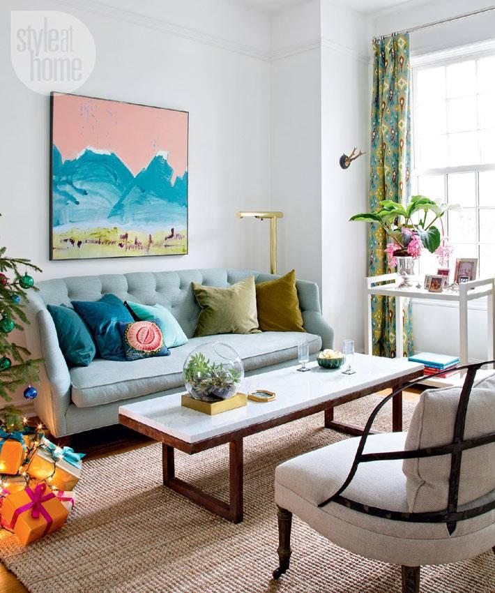 гостиная комната с красивым диваном и креслами