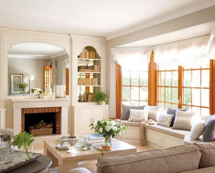 Очень красивая гостиная с окном-эркером и камином