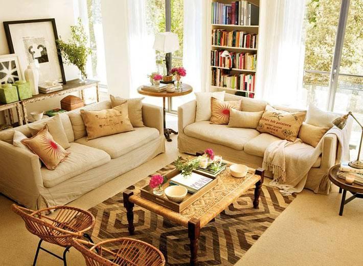 идеальная гостиная комната с бежевым диваном фото