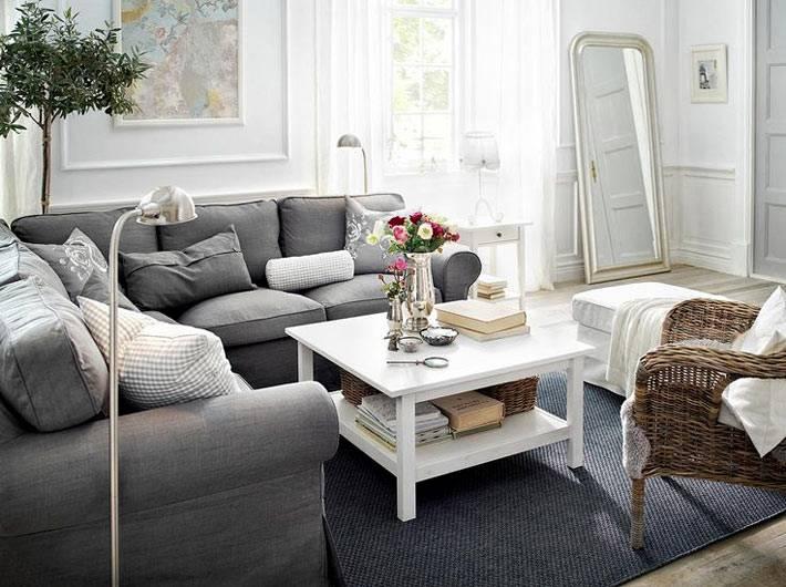 сочетание серого и белого цветов в гостиной комнате