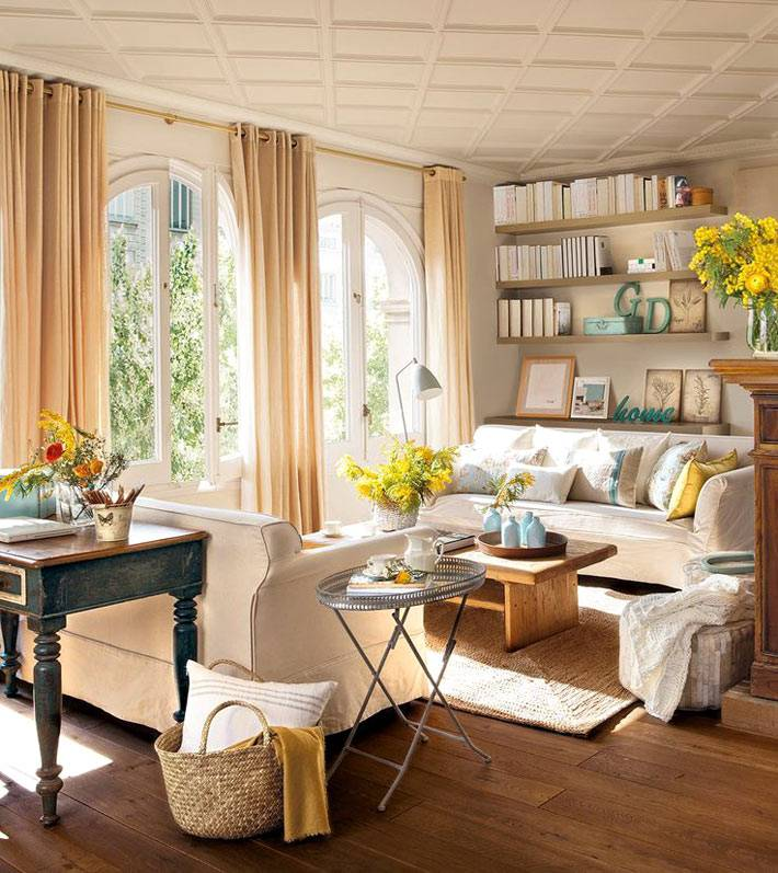 красивая гостиная комната с арочными окнами, идеи и фото