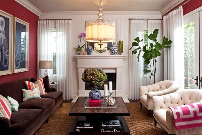 Уютный интерьер гостиной с малиновыми стенами фото