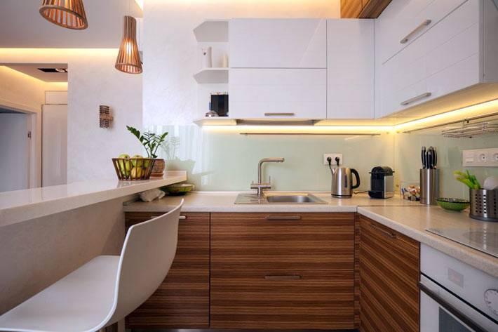 белая и деревянная кухня с барной стойкой фото
