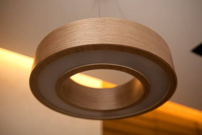 кргулый деревянный светильник в интерьере фото