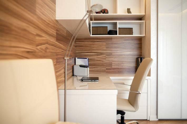 деревянная стена возле рабочего письменного стола