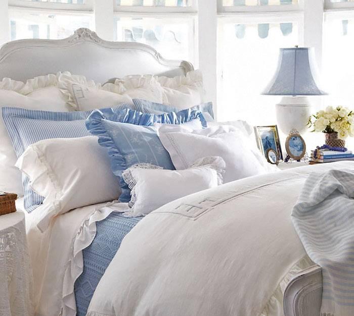 красивый текстиль в романтическом интерьере спальни