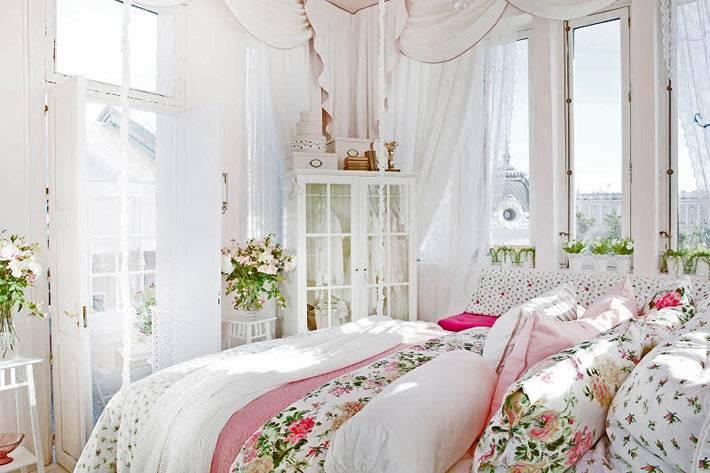 нежный интерьер спальни в сочетании розового и белого цветов