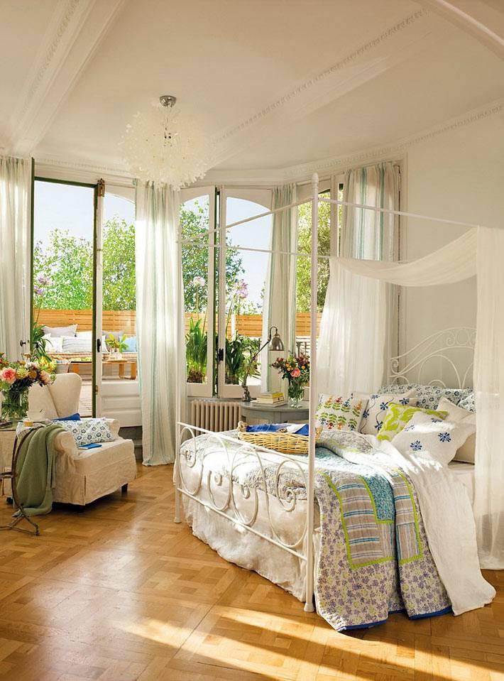 большая спальня с террасой в Испанском доме фото