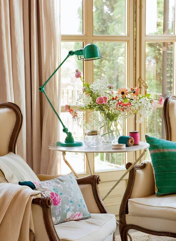 зеленая настольная лампа как декор для спальни фото