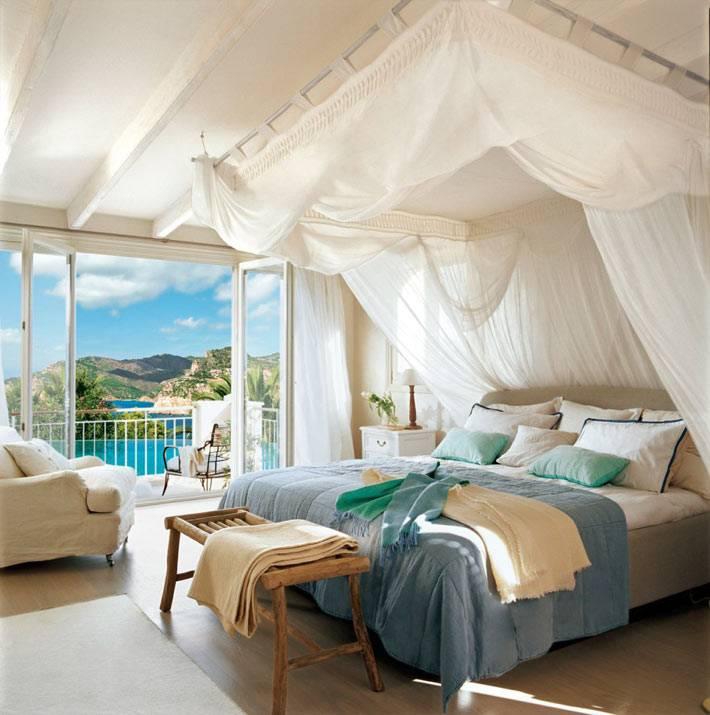 Красивая спальня с красивым видом на море