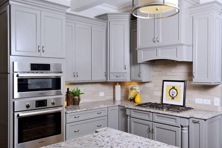 Бледно-серый дизайн современной кухни