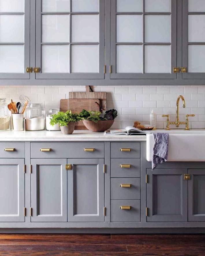 Кухонные фасады серого цвета с золотыми ручками