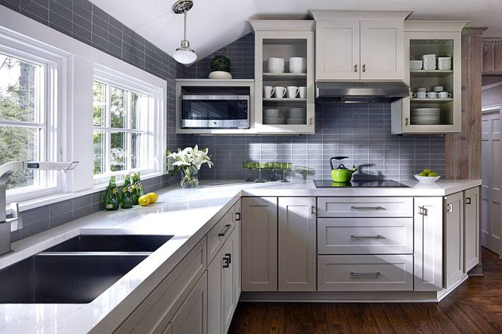 Небольшой интерьер кухни серого цвета