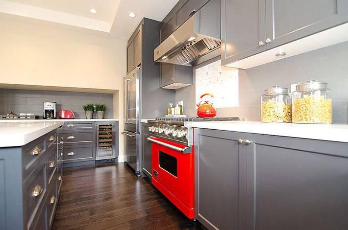 Современный дизайн интерьера кухни с серой мебелью