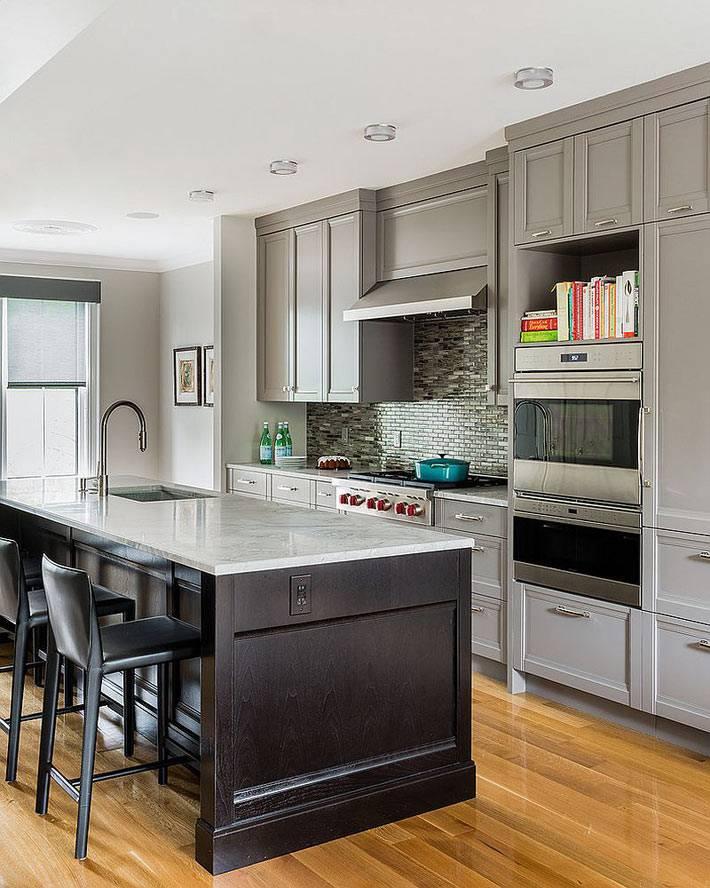 Красивый интерьер кухни серого цвета с островом