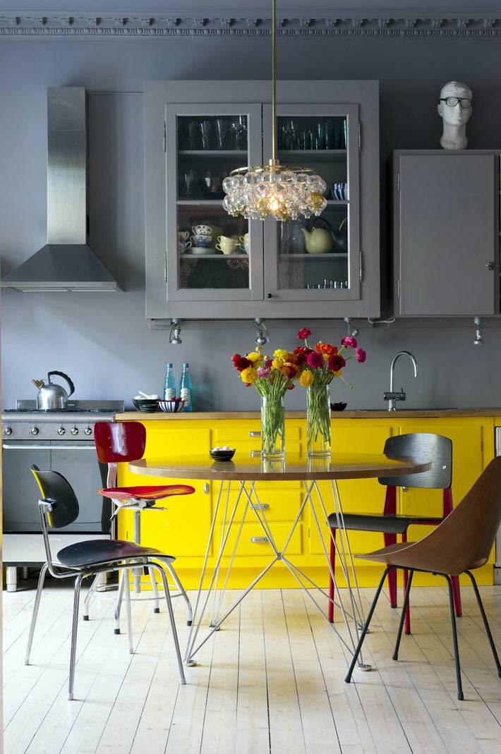 серая кухня с желтым гарнитуром фото