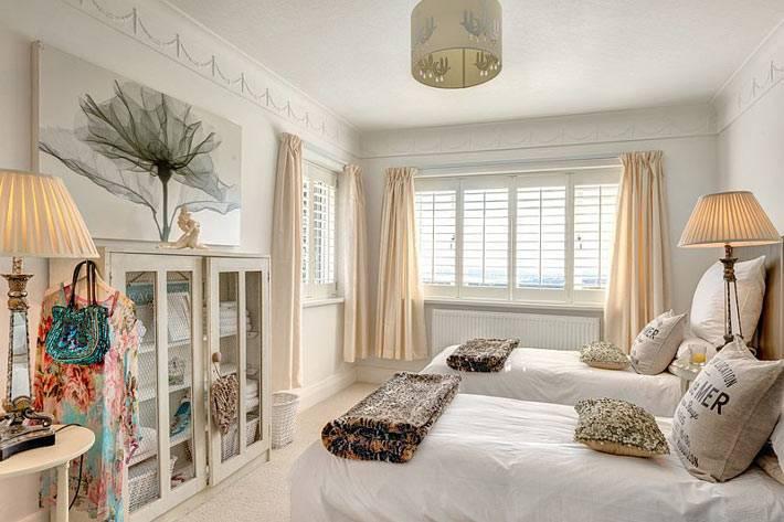 красивый интерьер спальни с двумя кроватями