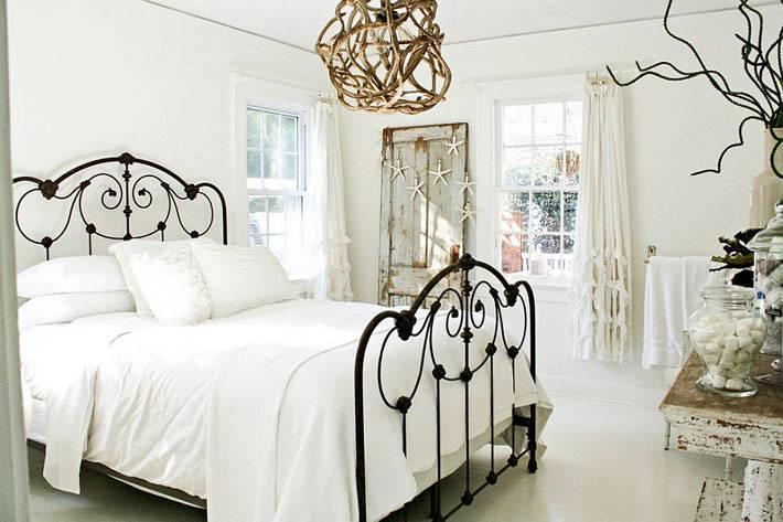 винтажный интерьер спальной комнаты с кованой кроватью фото