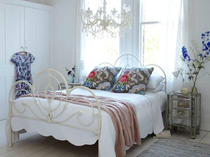 милая уютная спальня в стиле шебби-шик фото