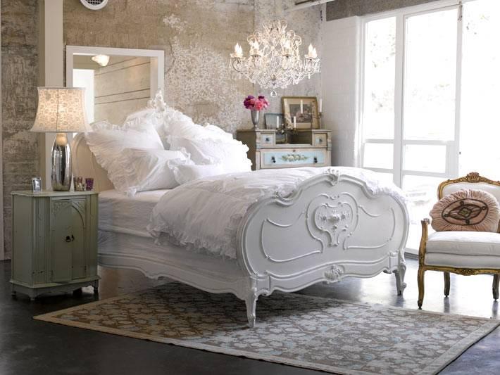 состаренные стены и мебель для спальни в стиле шебби-шик
