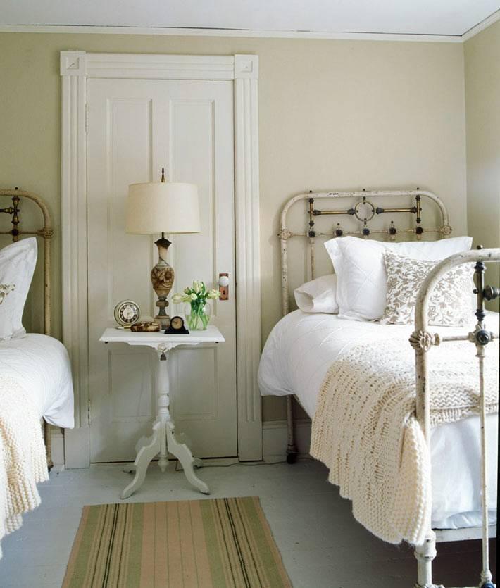 старые кровати в интерьере спальни в стиле шебби-шик