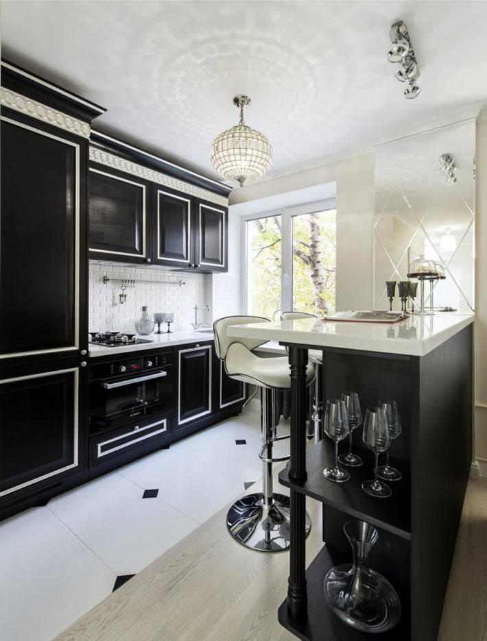 черно-белый интерьер кухни с хрустальной люстрой-шаром