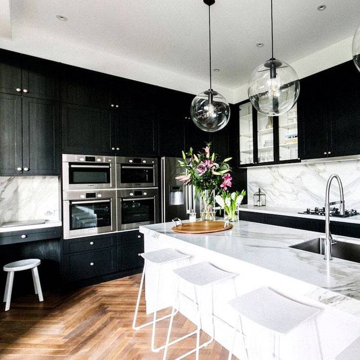кухонный гарнитур черного цвета с островом из мрамора