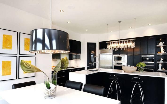 белый цвет стен при черной кухне фото