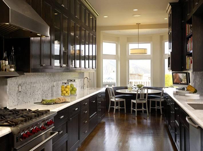 кухонная мебель черного цвета на продолговатой кухне