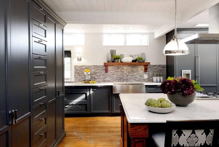 большая и многофункциональная кухня с красивой мебелью