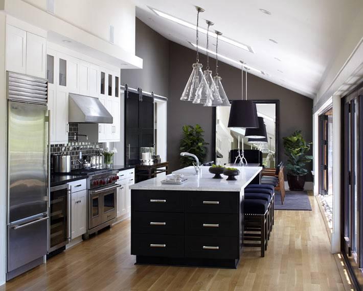 красивый интерьер кухни с черной мебелью фото