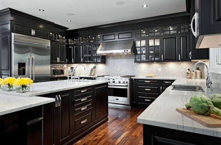 фотографии интерьера кухни черного цвета и паркетным полом