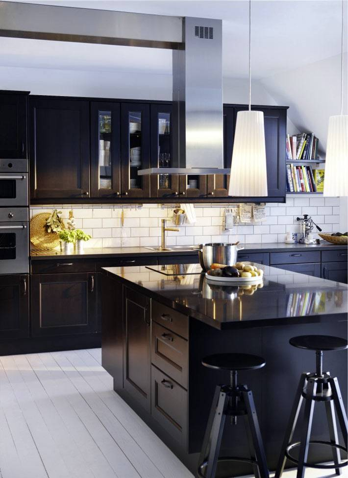 белый дощатый пол на кухне с черной мебелью