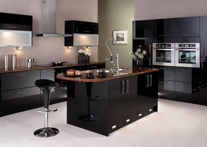 стильный черный гарнитур и кухонный остров
