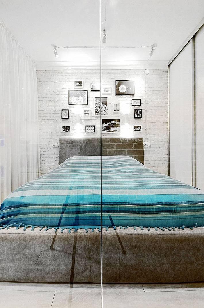 спальная зона в однокомнатной квартире за перегородкой фото